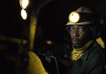 Crédit photo: travailleur à 330 mètres de profondeur dans la mine d'or d'Obuasi au Ghana (source : Jonathan Ernst/Banque mondial)